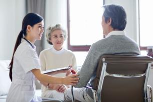 Nursing assistant taking care of senior manの写真素材 [FYI02228221]
