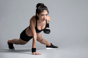 Young Chinese female athlete exercisingの写真素材 [FYI02228270]