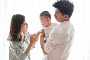 Happy young familyの写真素材 [FYI02228272]