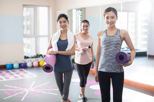 Young women with yoga mats at gymの写真素材 [FYI02228274]