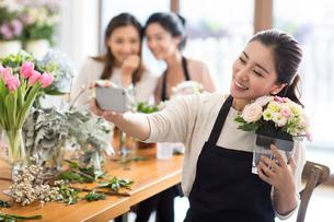 Young women learning flower arrangementの写真素材 [FYI02228310]