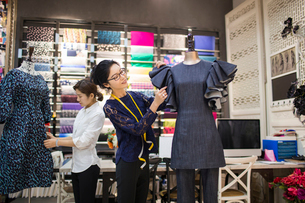 Confident Chinese fashion designers workingの写真素材 [FYI02228311]