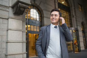 Confident Chinese businessman talking on the phoneの写真素材 [FYI02228313]