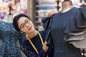 Confident Chinese fashion designer workingの写真素材 [FYI02228314]