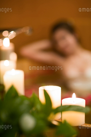 Beautiful young woman in bathtub with rose petalsの写真素材 [FYI02228315]
