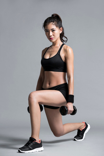 Young Chinese female athlete exercisingの写真素材 [FYI02228322]