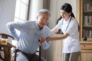 Nursing assistant taking care of senior manの写真素材 [FYI02228329]