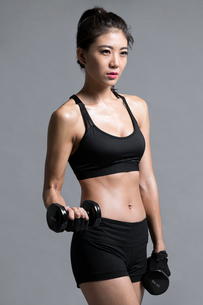 Young Chinese female athlete exercisingの写真素材 [FYI02228332]