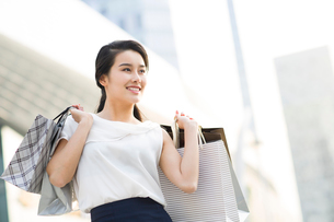 Happy young woman shoppingの写真素材 [FYI02228339]