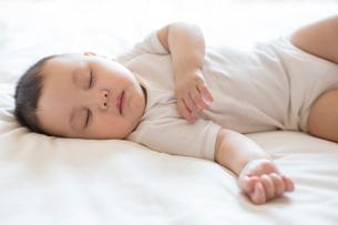 Cute baby boy in sweet dreamの写真素材 [FYI02228346]