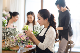Young women learning flower arrangementの写真素材 [FYI02228361]