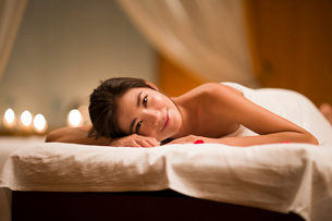 Beautiful young woman relaxing on massage tableの写真素材 [FYI02228362]