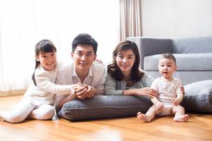 Happy young familyの写真素材 [FYI02228381]