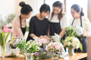 Young women learning flower arrangementの写真素材 [FYI02228399]