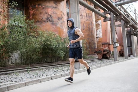 Young Chinese man jogging outdoorsの写真素材 [FYI02228400]