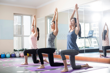 Young women exercising at gymの写真素材 [FYI02228449]