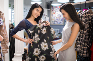 Best Chinese female friends shopping in clothing storeの写真素材 [FYI02228472]