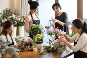 Young women learning flower arrangementの写真素材 [FYI02228513]