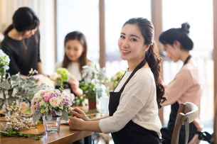Young women learning flower arrangementの写真素材 [FYI02228514]