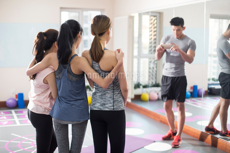 Young women and coach at gymの写真素材 [FYI02228539]