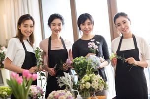 Young women learning flower arrangementの写真素材 [FYI02228542]