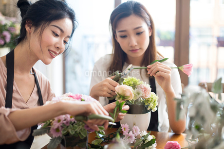Young women learning flower arrangementの写真素材 [FYI02228558]
