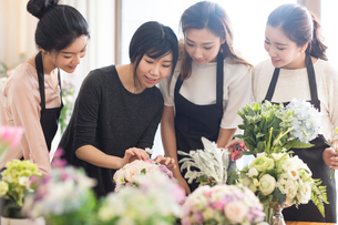 Young women learning flower arrangementの写真素材 [FYI02228593]