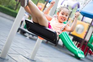 Happy girl on swingの写真素材 [FYI02228594]