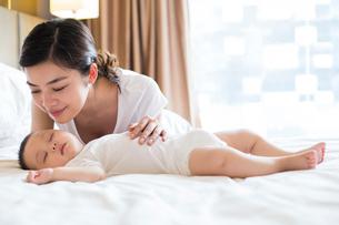 Young mother with sleeping baby boyの写真素材 [FYI02228628]