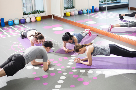 Young women working with trainer at gymの写真素材 [FYI02228637]