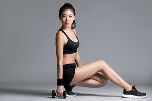Young Chinese female athlete exercisingの写真素材 [FYI02228646]