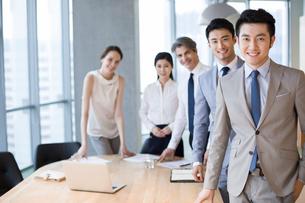 Portrait of business people in meeting roomの写真素材 [FYI02228649]