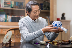 Senior man admiring antiquesの写真素材 [FYI02228655]