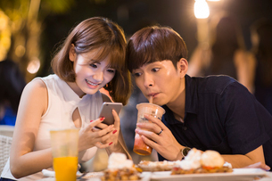 Happy young couple datingの写真素材 [FYI02228664]