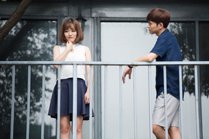 Young couple ignoring each otherの写真素材 [FYI02228690]