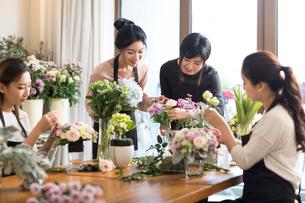 Young women learning flower arrangementの写真素材 [FYI02228705]
