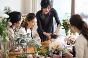 Young women learning flower arrangementの写真素材 [FYI02228708]