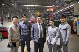 Confident businessman and engineering team in the factoryの写真素材 [FYI02228737]