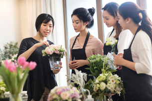 Young women learning flower arrangementの写真素材 [FYI02228755]