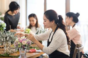 Young women learning flower arrangementの写真素材 [FYI02228757]