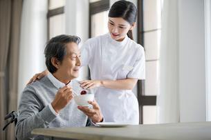 Nursing assistant taking care of senior manの写真素材 [FYI02228780]