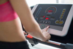 Young woman exercising on treadmill in gymの写真素材 [FYI02228801]