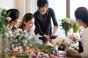 Young women learning flower arrangementの写真素材 [FYI02228827]