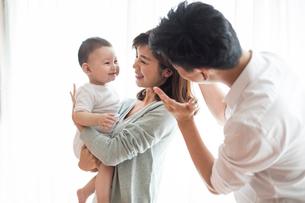 Happy young familyの写真素材 [FYI02228850]