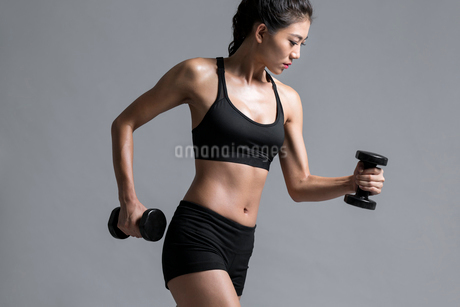 Young Chinese female athlete exercisingの写真素材 [FYI02228859]