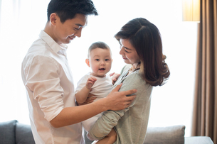 Happy young familyの写真素材 [FYI02228884]