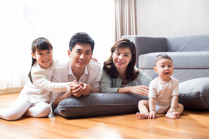 Happy young familyの写真素材 [FYI02228899]