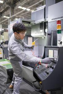 Confident engineer working in the factoryの写真素材 [FYI02228903]