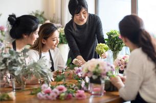Young women learning flower arrangementの写真素材 [FYI02228912]