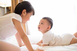 Little girl and baby boyの写真素材 [FYI02228947]